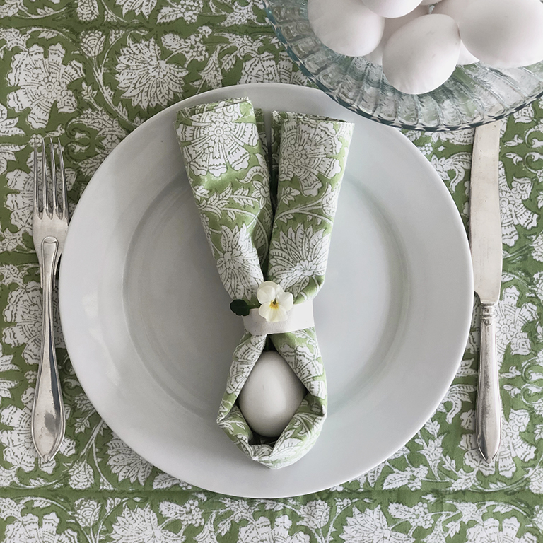 Dekorera med blommor och ägg