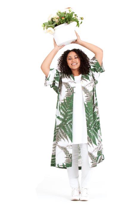 Audrey i sköna Oksana kimono. Finns i Fern grön och Fern orange. Pris 799:-