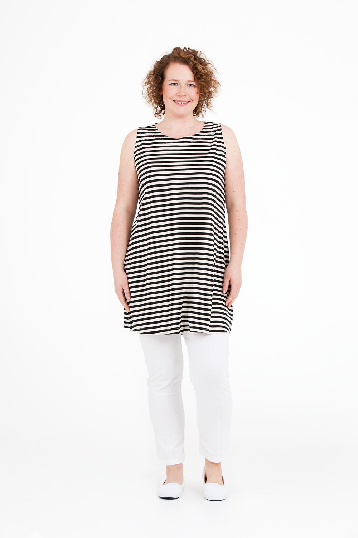 Pim linne i 25% organisk bomull och 75% lyocell är mjuk och snäll mot kroppen. Snygg till shorts eller som klänning till tights. Finns i rött, blått, vitt, beige, svart/vit, grön/vit och svart. (Svart i 47,5% Organisk bomull, 47,5% Lyocell, 5% Lycra - något tjockare kvalité) Pris 399:-