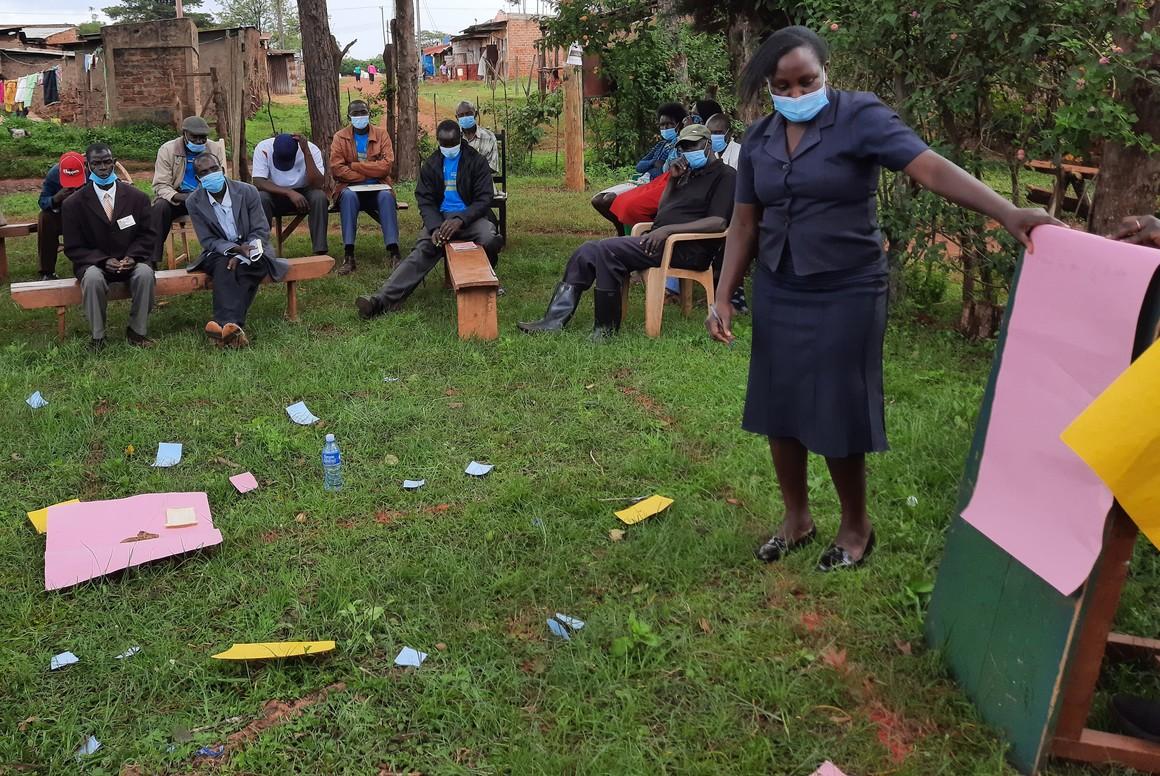 Bybor diskuterar var avföring hamnar när man inte har latriner i byn.