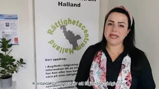 Bild på Manar framför en roll-up med Rättighetscentrum Halland