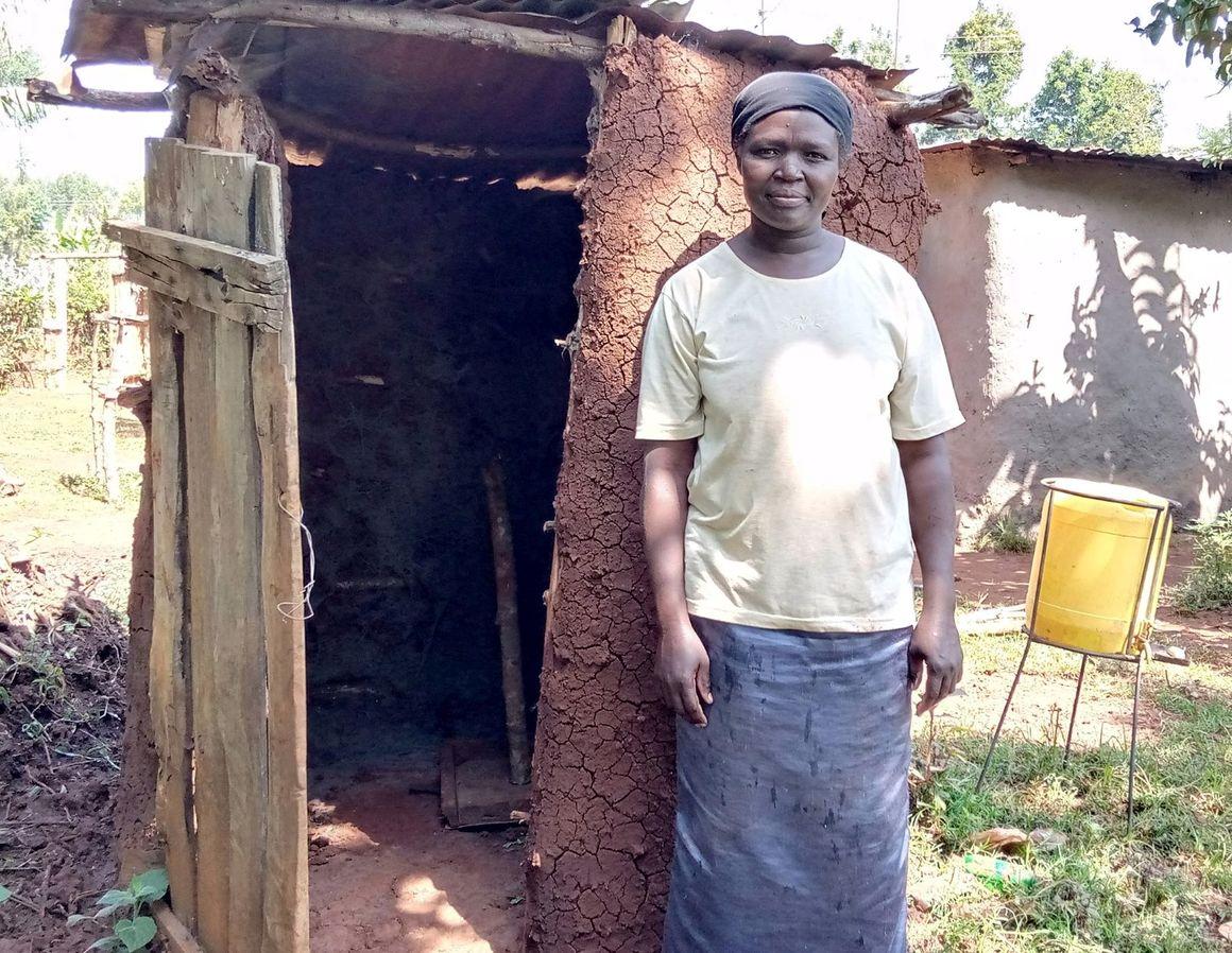Exempel på en latrin enligt hygienstandarden, med lock och handtvättställ.