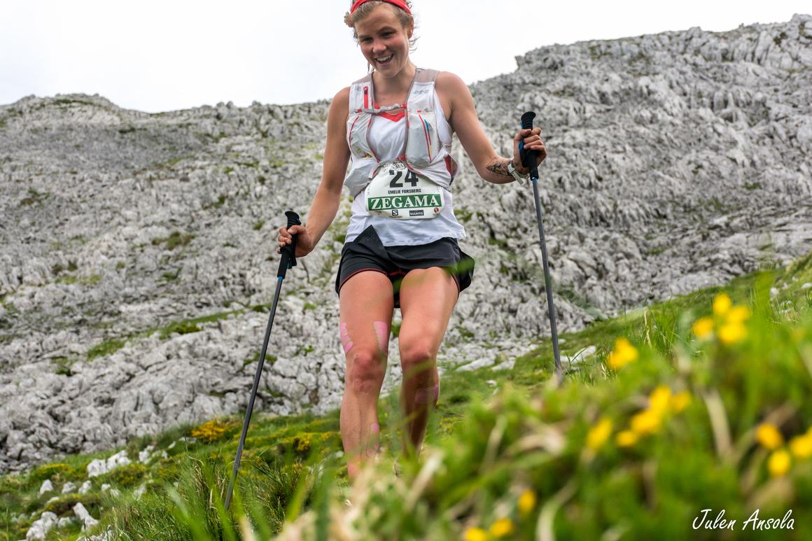Emelie Forsberg har förmågan att maxa sin sommar,  ständigt leende. Här vid årspremiären i Skyrunning-serien i Zegama-Aizkorri.