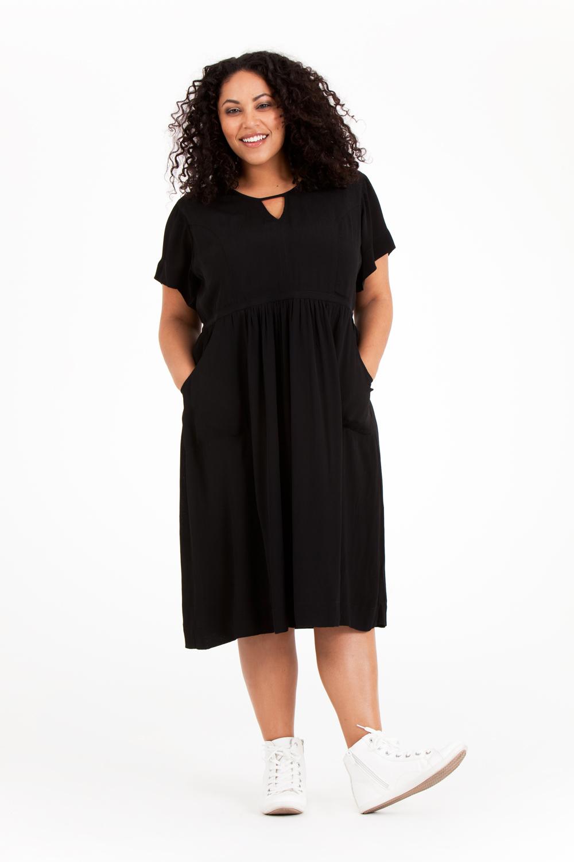 En ny älskad klänning! Noor klänning i svart klassade ut alla andra och stoltserar på första platsen.