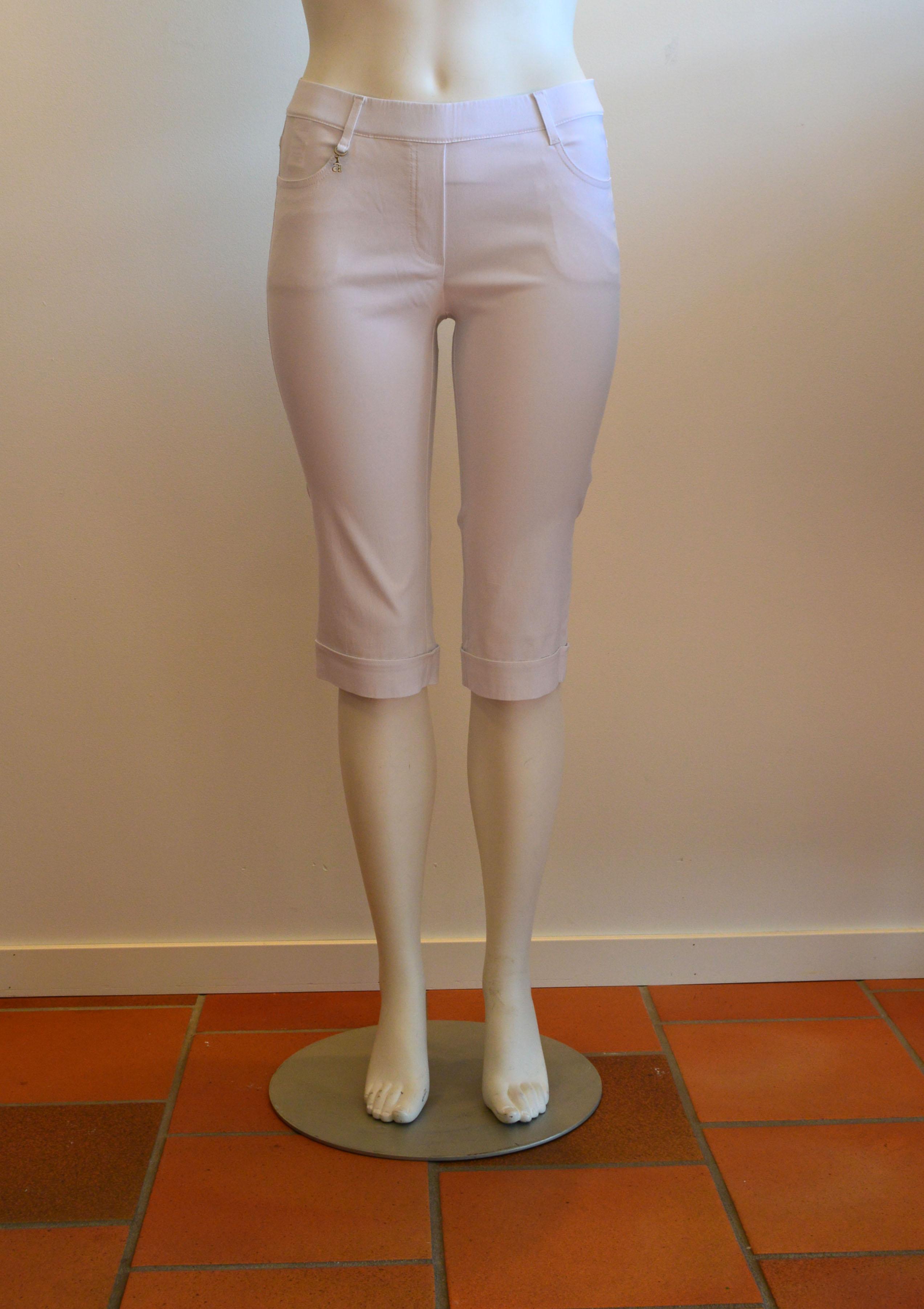 För varmt med långa byxor? Pamela capri täcker knä och är svala och sköna. Finns i vitt, pris 599:-
