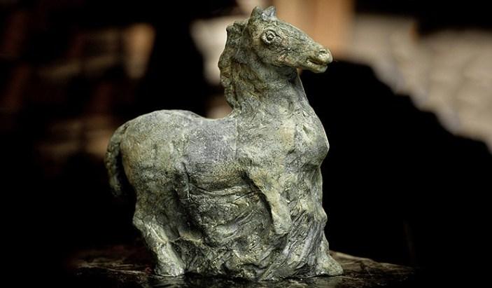 Skulptur av Henrik Allert föreställande en häst