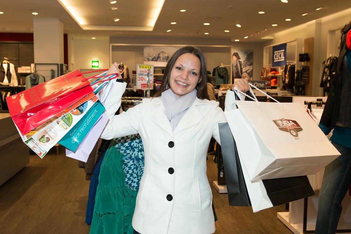 bild på kvinna med flera kassar i en affär