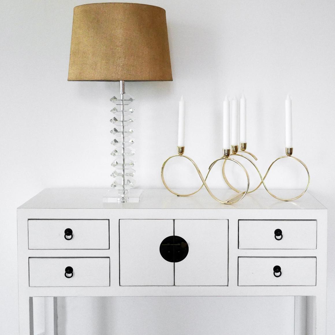 Lampa i glas med guldskärm i linne.