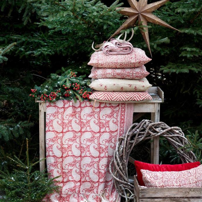 Röd och vit duk i paisleymönster