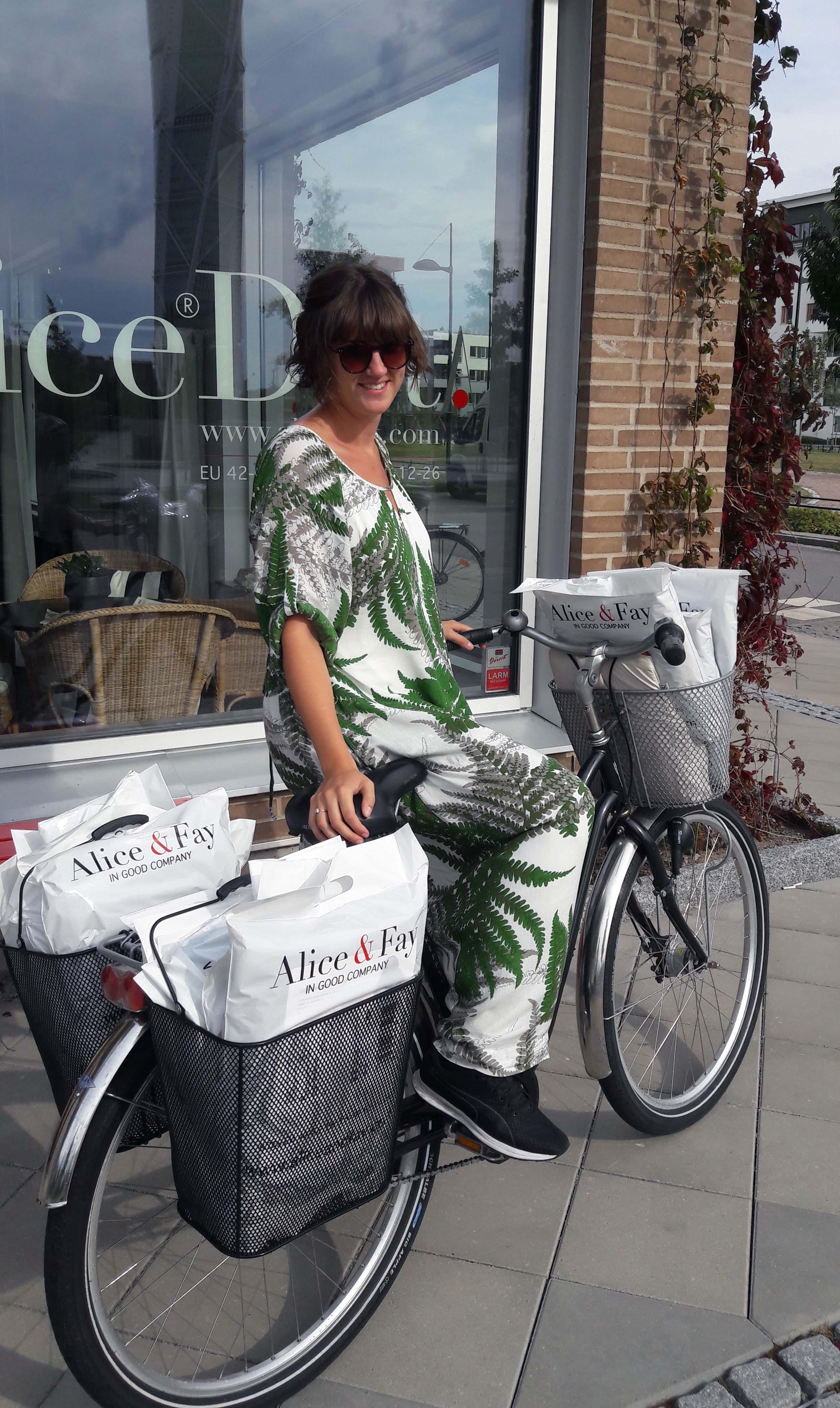 Packat och klart! Fanny cyklar till Postens företagscenter med ditt paket. Vi skickar 1.a klass för att det ska gå fort och du behöver inte betala för det!