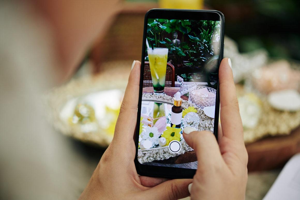 Någon som tar ett foto med sin mobiltelefon