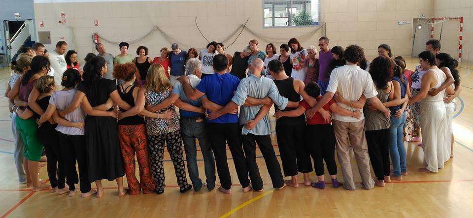 Biodanza är en metod att med hjälp av rörelser och musik hålla om individer för att få dem att blomstra tillsammans!