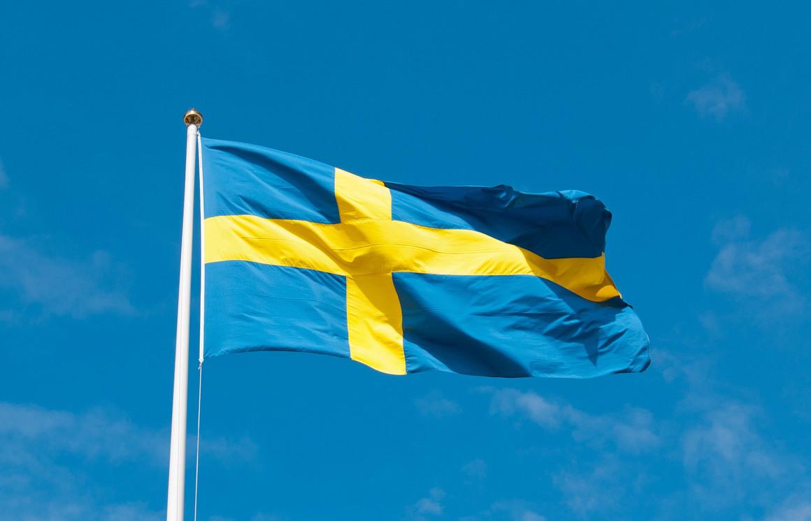 Svenska flaggan vajar i vinden