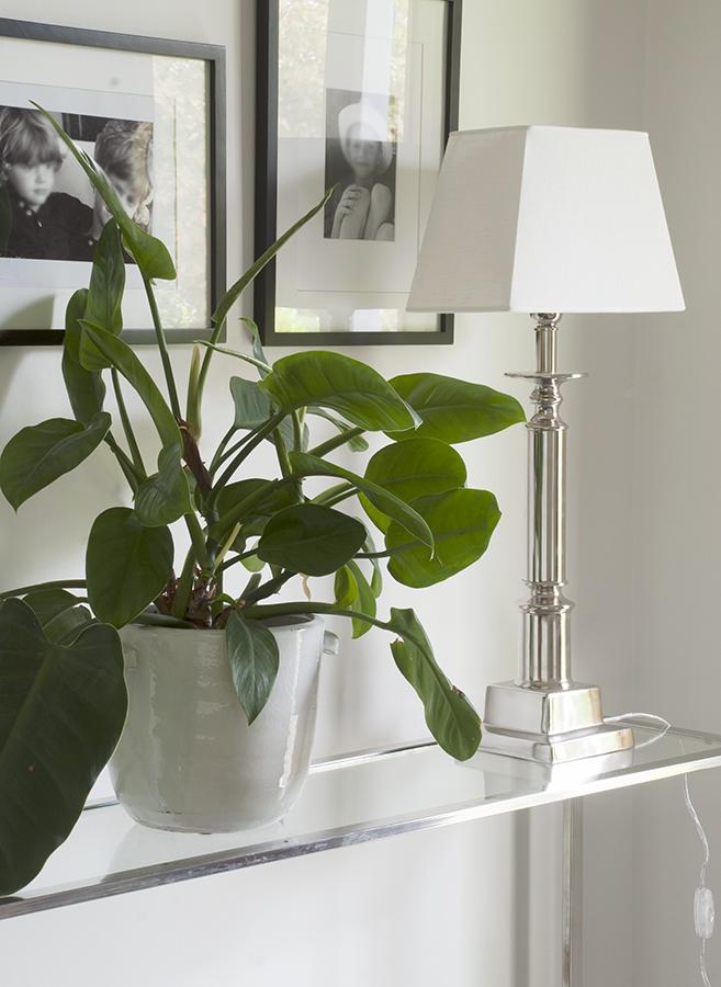 Inspirerande bild på kromad lampa på hallbord.
