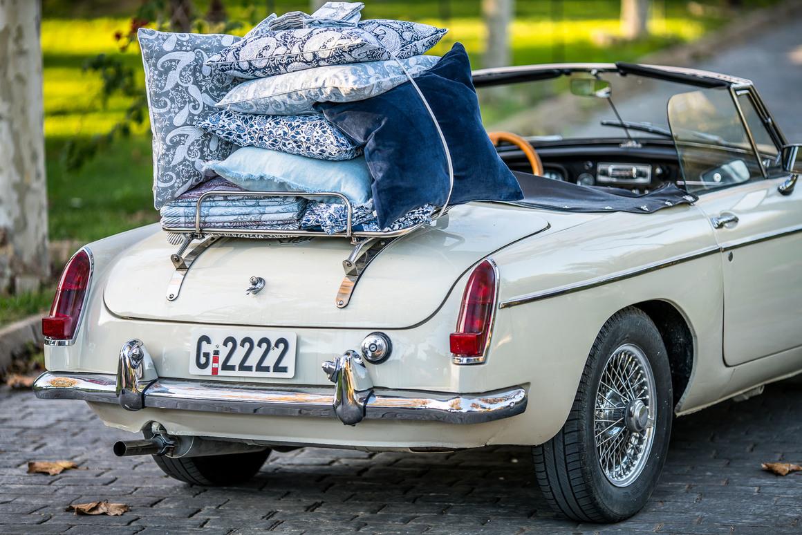 Sportbil lastad med kuddar från Chamois