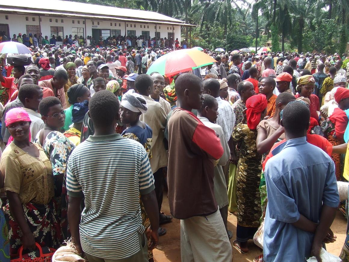 Ett av alla tillfällen Burundi-Hjälpen delat ut mat.