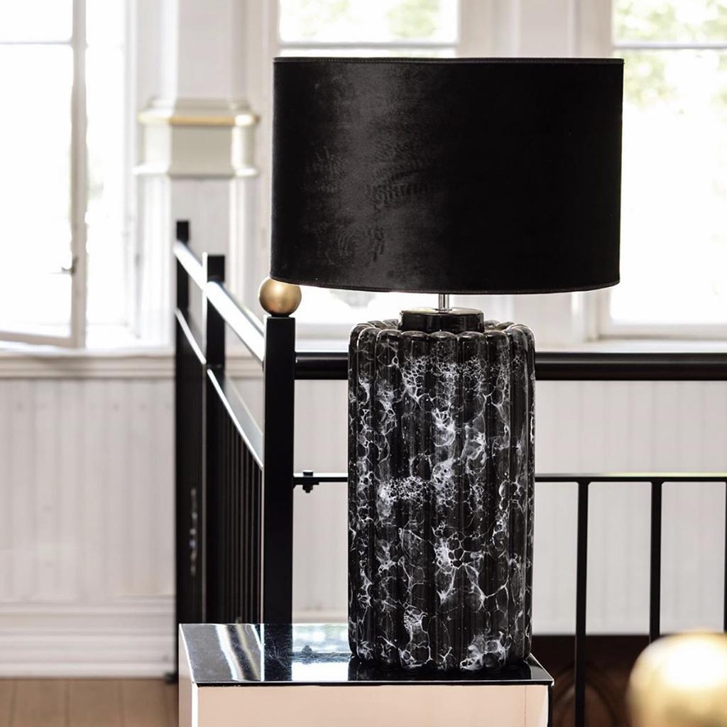 Lampfot Odessa i svart marmorerad keramik.