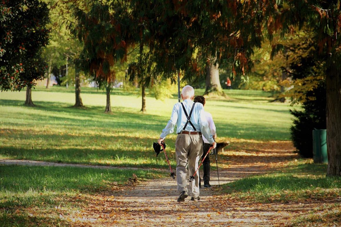 Äldre människor med gåstavar promenerar