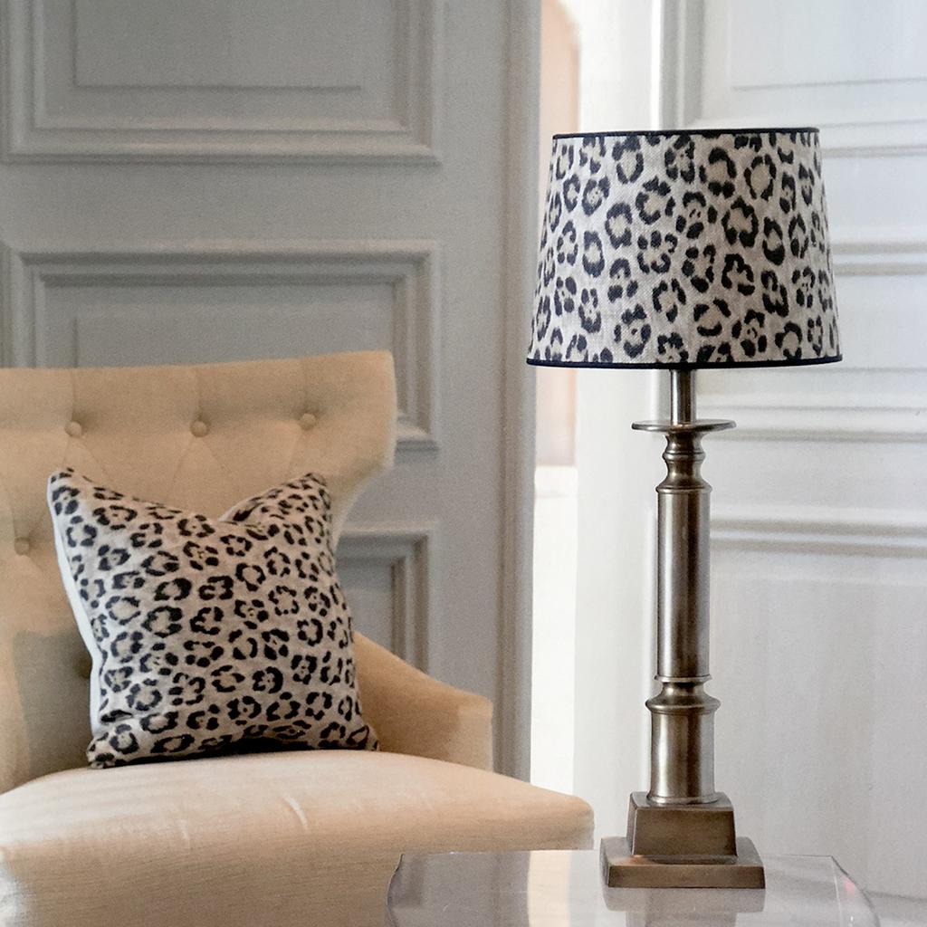 Lampfot i mässing med leopardmönstrad skärm i Ralph Lauren tyg.