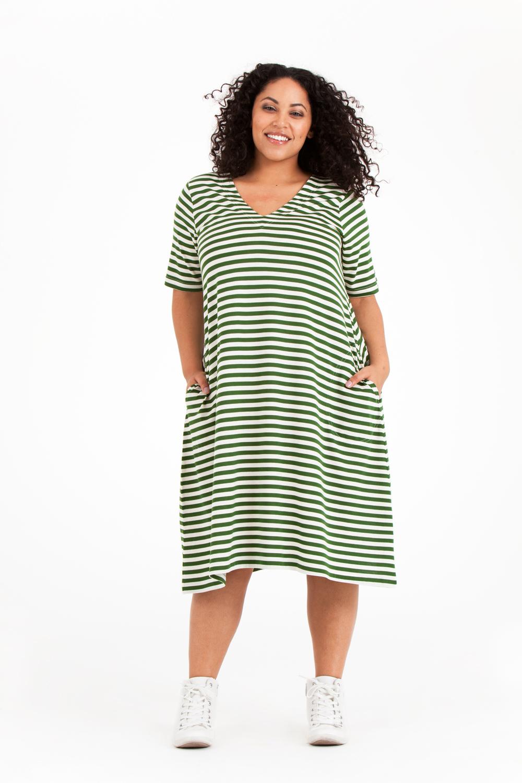 Bekvämast och väldigt snygg på lilla festen är Paula klänning! Finns i grön/vit och svart/vit. Pris 699:-