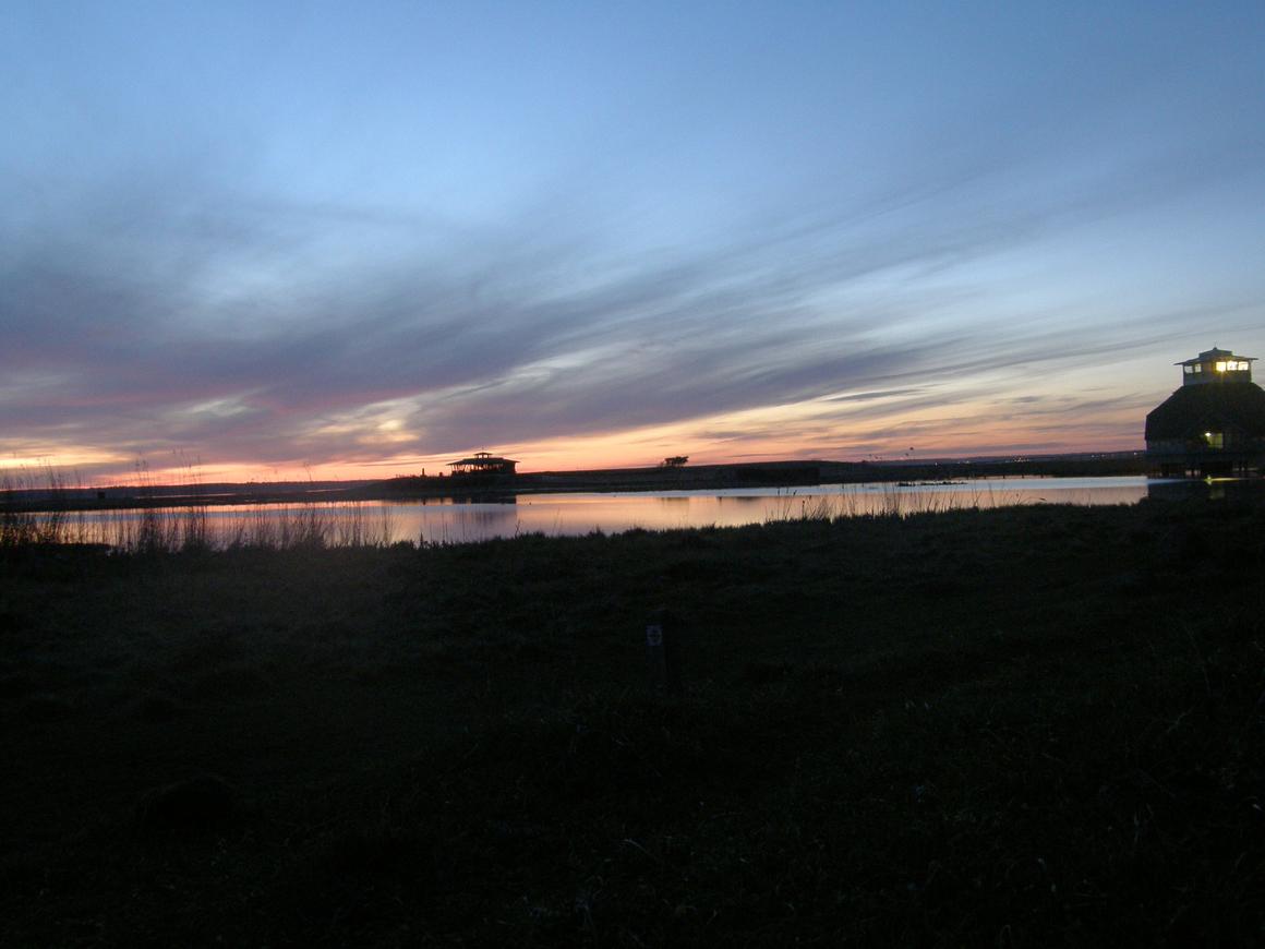 Naturum Hornborgasjön och fågeltornet i skymning