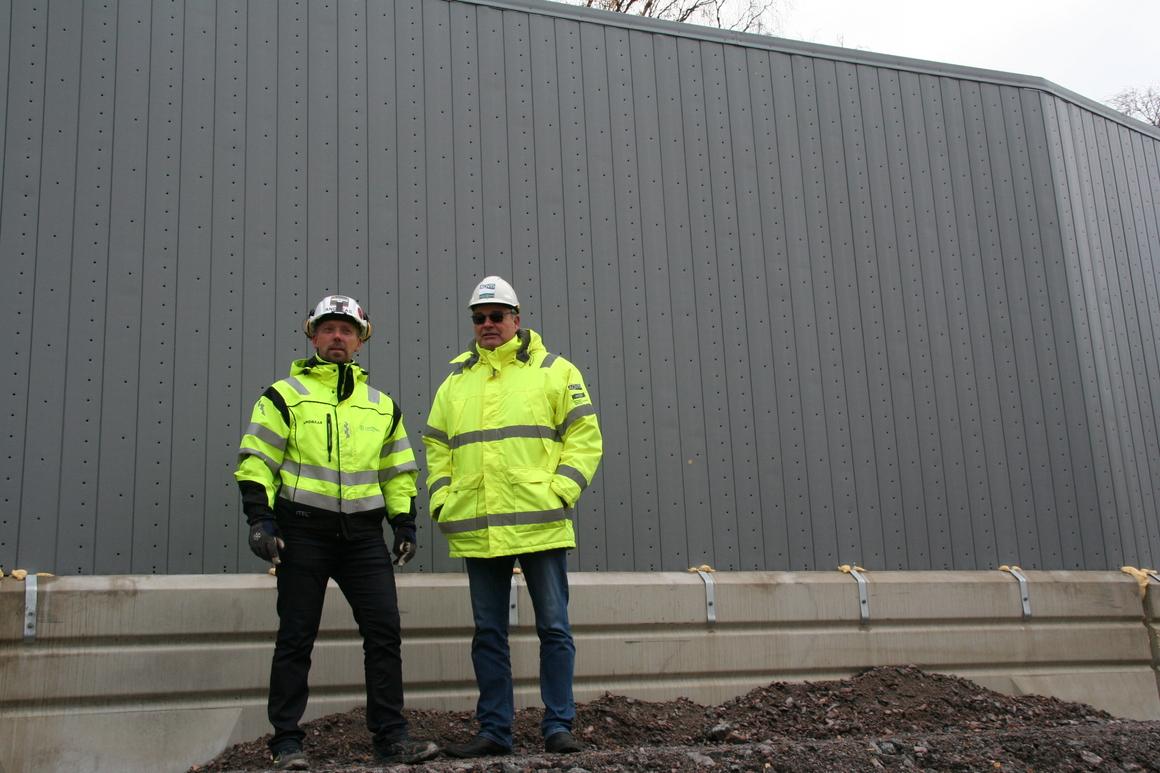 Andreas Bladh, byggledare region Östergötland och Tomas Svärd, AQVIS Miljöspont framför mobila bullerkydd.