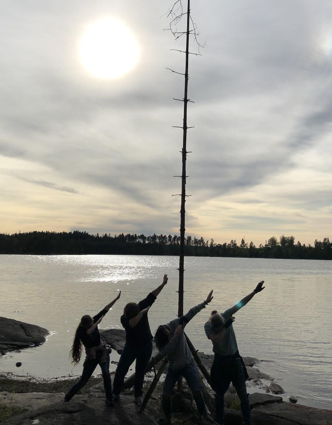 Foto - gruppen i solnedgång vid udden