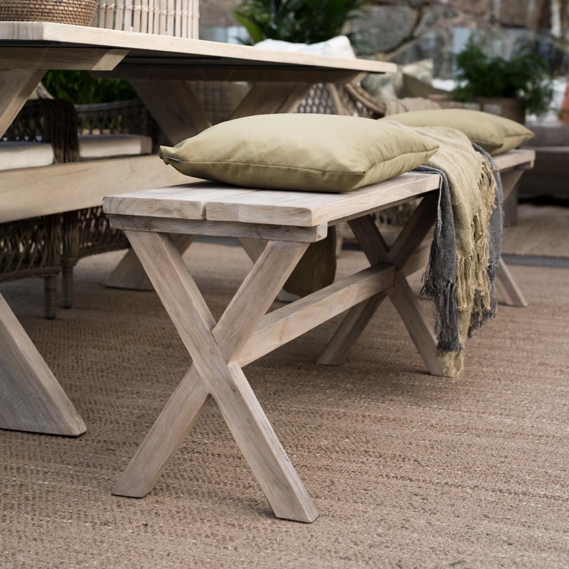 Bänk Cross 220 cm i utemiljö med Cross matbord