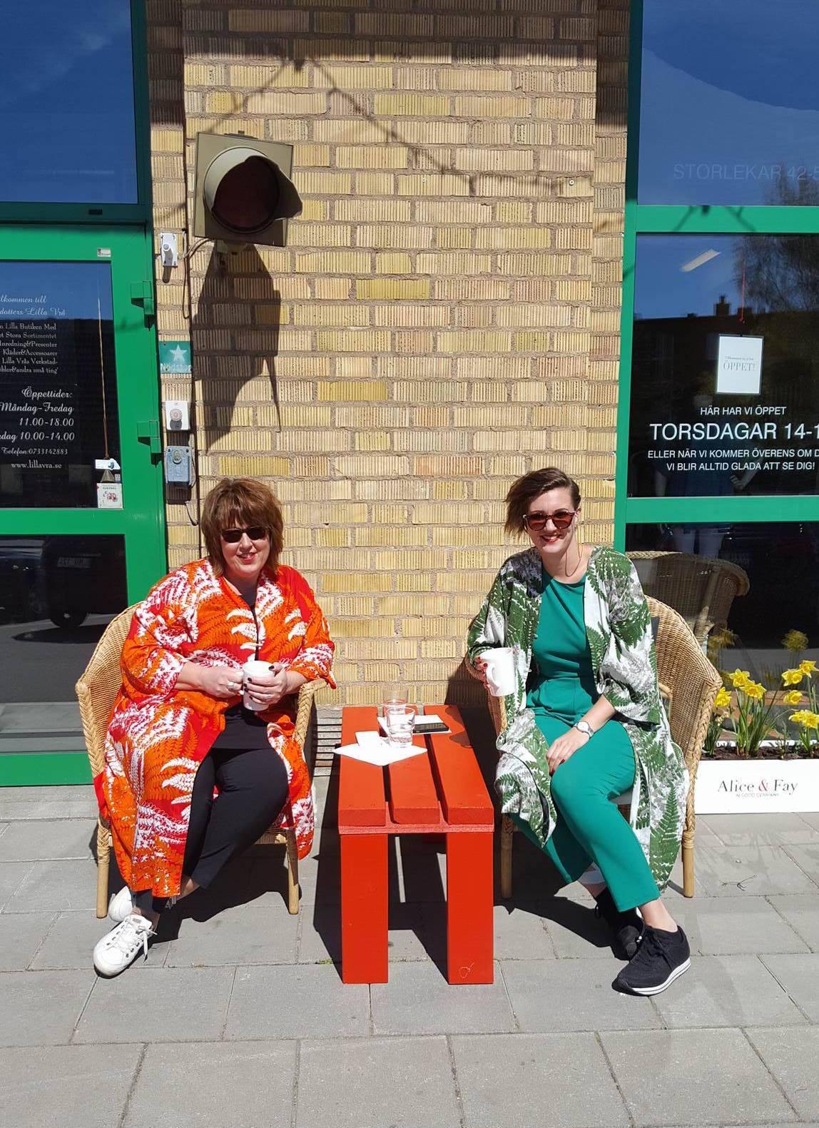 Cecilia och Fanny Alatalo alias Alice och Fay, njuter av solen och värmen utanför vårt kontor/showroom. Välkomna hit!